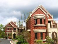 黄山市市区附近 英伦风情别墅 产证137平 实用160平有院子195万