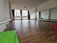 城东富人区,田家炳学校对面,大门脸商铺3层送一层使用面积约500平,无转让费