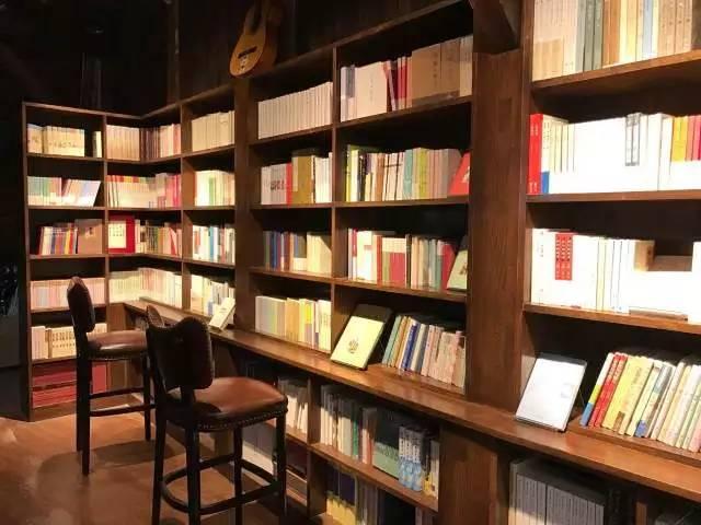"""△""""良友""""元素   这里的书分为两类,一种是自己出版的书籍,一种是良友书坊多年来积累的作者资源和青岛本地作家等出版的书籍。"""