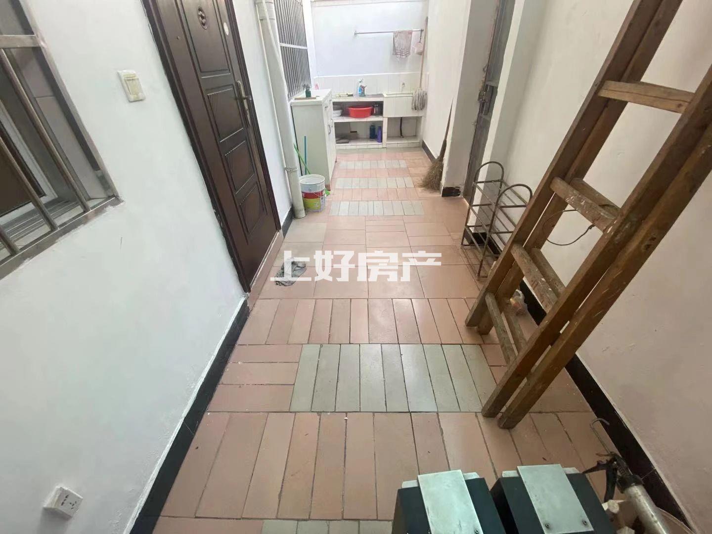 杨梅山三中隔壁,离百大200米,市中心一楼带院子,诚心出租!免物业费停车方便