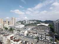 城东稀缺带露台江景复式楼。单价仅一万,5个房间,前后露台。有钥匙,可随时看房