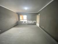 绿地诚心出售94平方大两房,带车位126万。中间楼层,南北通透,随时看房