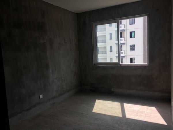 依云红郡,118平毛坯三房两卫,电梯中高层,赠送一个产权车位,看中可谈