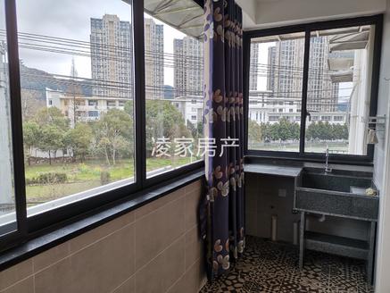 城东柏悦华庭旁,全新豪装小三房,家具家电全送,可拎包入住,看房随时。
