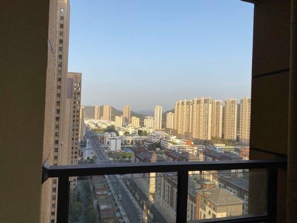 绿地滨江一号精美大两房,带阳台,中高层,业主诚心出售,看房方便